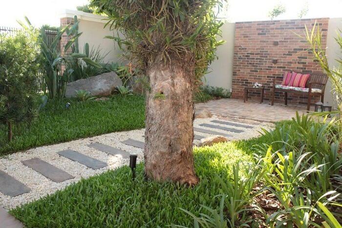 Banco de madeira e pisante para jardim trazem um toque especial para a área externa. Projeto de Graziela Von Muhlen