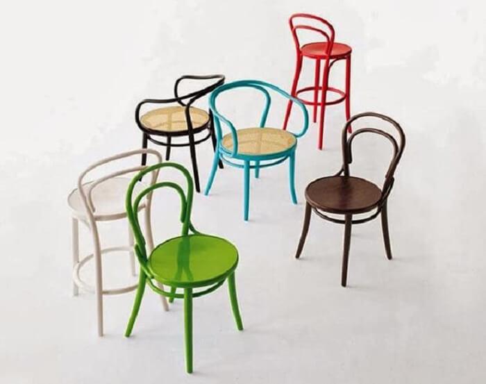 A cadeira thonet passou por alterações ao longo dos anos e hoje é possível encontrar versões coloridas da peça. Fonte: Pinterest