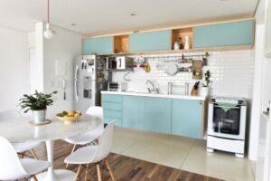 Cozinha linear marcenaria azul com revestimento metro white foto Carla Cuono Arquitetura e Interiores
