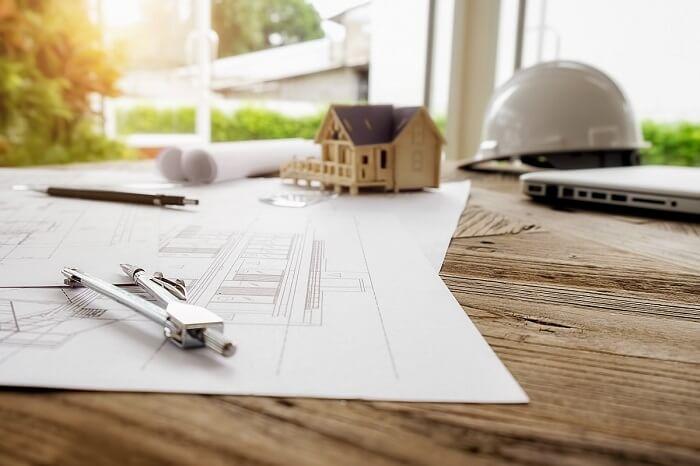 Economizando na hora da obra: contrate profissionais, pois é a maneira mais inteligente de economizar dinheiro na construção. Fonte: Freepik
