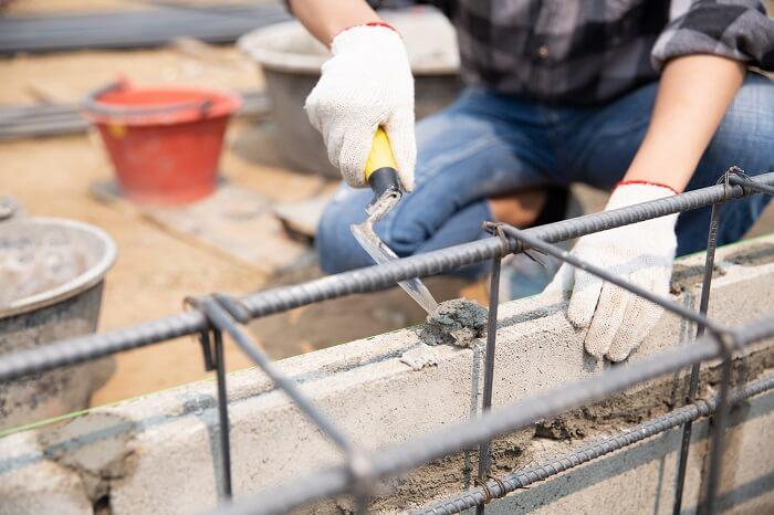 Economizando na hora da obra: procure proteger os materiais e estruturas expostos na construção. Fonte: Freepik