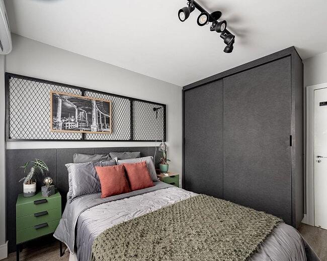 Iluminação industrial: a luminária trilho pode ficar instalada sobre a cama e iluminar pontos distintos no quarto. Fonte: Pinterest