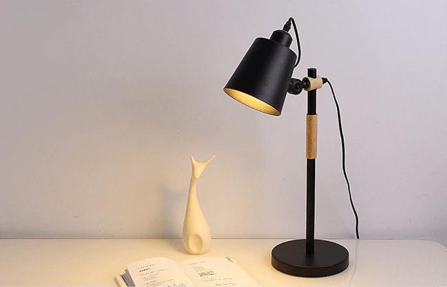 Iluminação industrial: as luminárias de mesa metálicas favorecem a luz de bancadas, mesas e escrivaninhas. Fonte: Pinterest