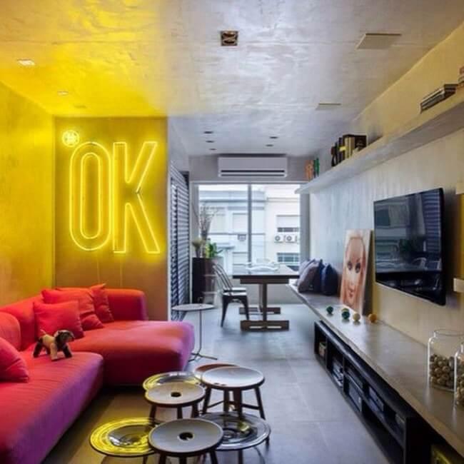 Para uma iluminação industrial divertida, descontraída e luminosa aposte no uso da luminária neon. Fonte: Pinterest