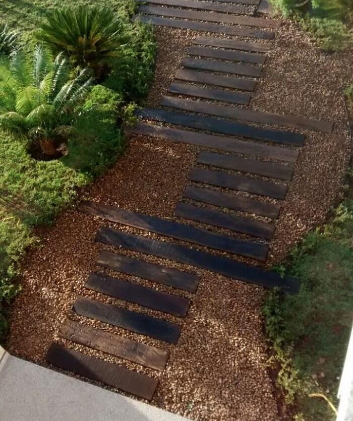 Pisante para jardim feito com madeira e pedras. Projeto de Interarte Arquitetura