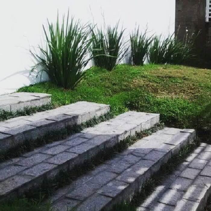 Pisante para jardim feito com pedra miracema ajuda na formação de degraus no terreno. Fonte: Pinterest