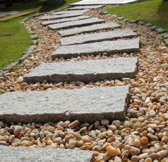 Pisante para jardim feito com pedras. Fonte: Arkpad