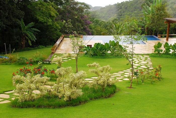 Pisante para jardim formado por pedras e grama. Fonte: Revista Viva Decora