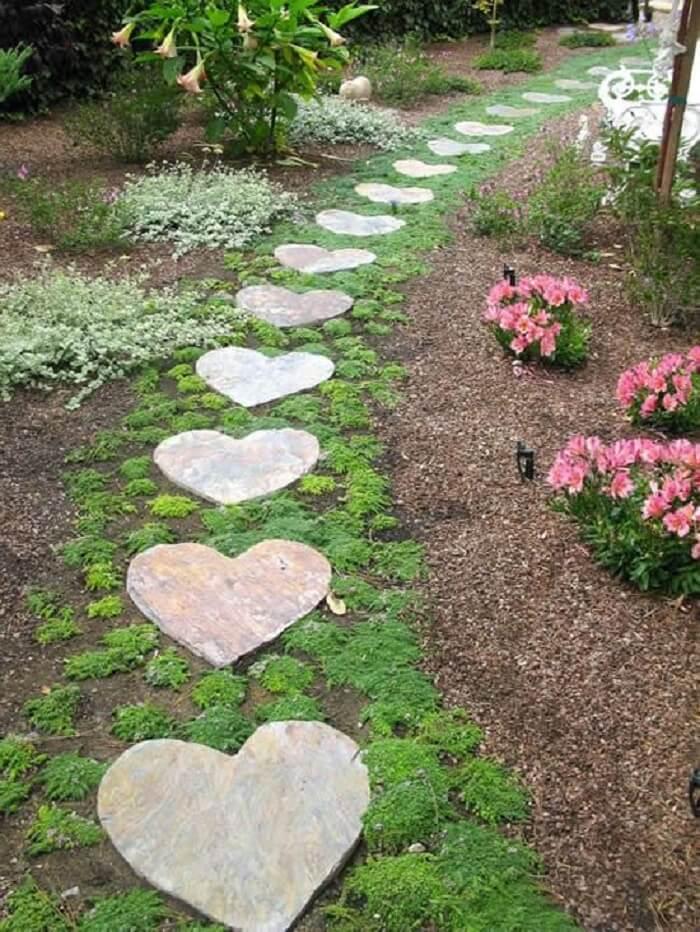 Pisantes de concreto para jardim em formato de coração. Fonte: Pinterest