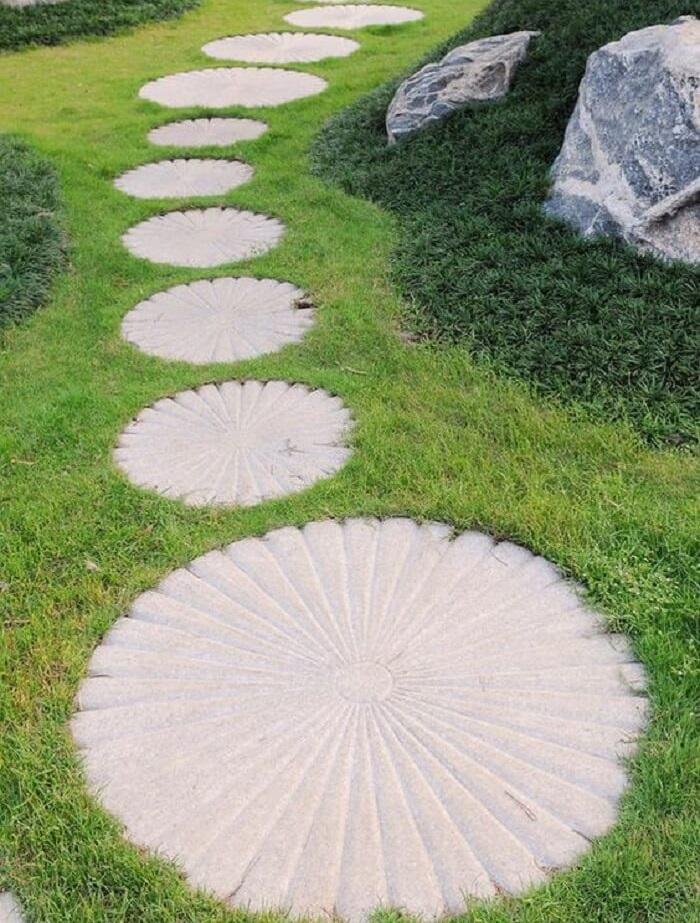 Pisantes de concreto para jardim em formato de flor. Fonte: Pinterest