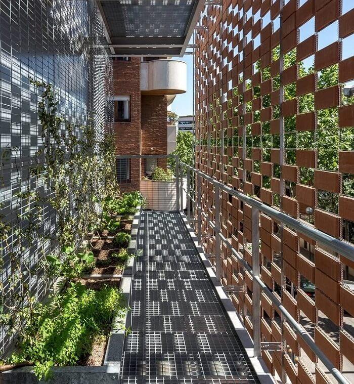 Sombrear as fachadas com muxarabis, cobogós e brises também faz parte das estratégias de arquitetura bioclimática. Fonte: Pinterest