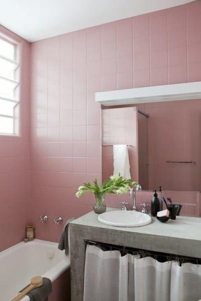 Tinta epóxi para banheiro: azulejo rosa traz delicadeza para o ambiente (foto: Pinterest)