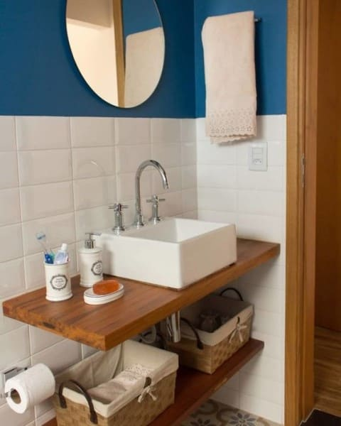 Tinta para banheiro: parede azul com revestimento branco e espelho (foto: Tua Casa)
