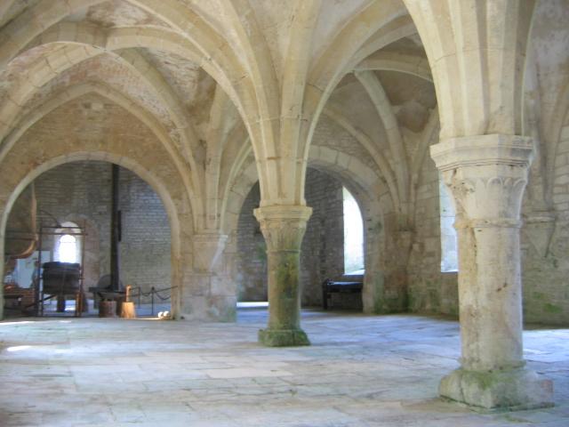 Arquitetura românica: Forja da Abadia de Fontenay (arcos ogivais) - Foto: Wikipédia