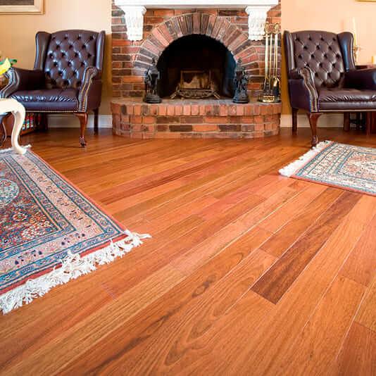 Assoalho de madeira Jatobá em sala com lareira (foto: Zipdecor - Piso em madeira, piso vinílico, carpete)