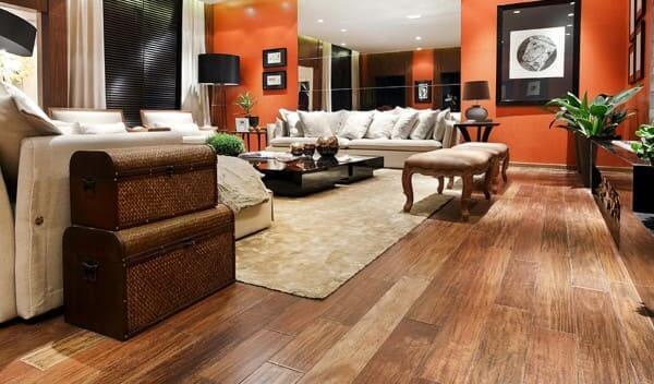 Assoalho de madeira sucupira em sala de estar (foto: Kapor Pisos)
