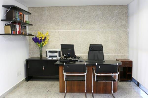 Ecogranito: escritório com parede de ecogranito (foto: Ecogranito)