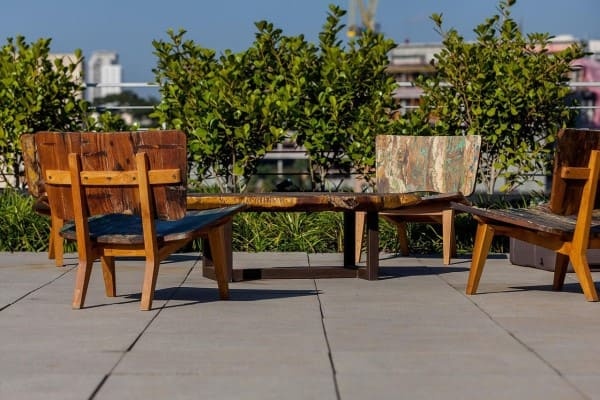 Madeira de reflorestamento em móveis para área externa (foto: Tria Arquitetura)