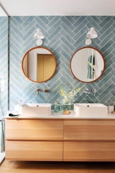 13. Paginação espinha de peixe: revestimento azul em banheiro de casal (foto: Pinterest)