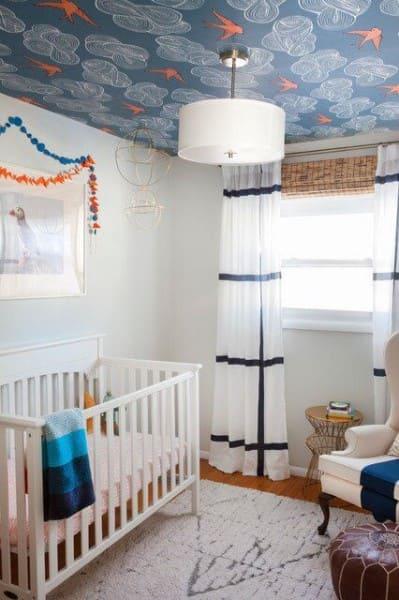 Papel de parede para teto azul com detalhes laranjas em quarto de bebê (foto: arquidicas)