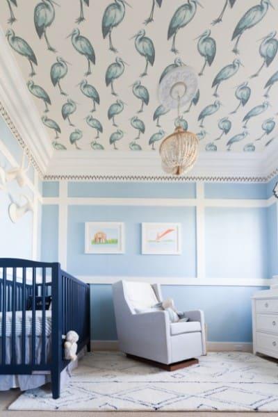 Papel de parede para teto com estampa de pássaros em quarto de bebê (foto: Casa Cláudia)