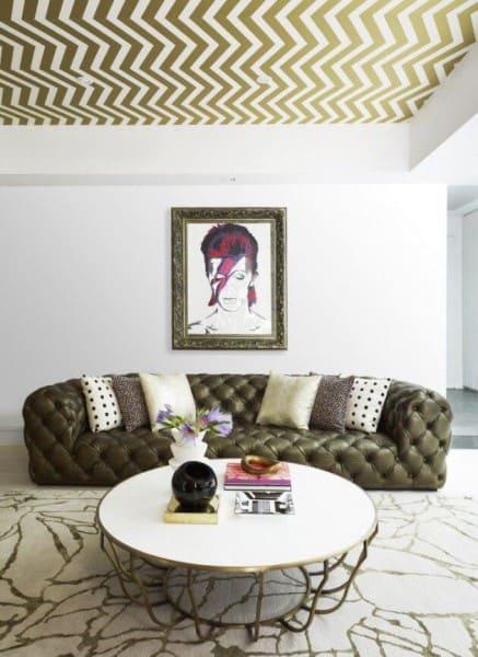 Papel de parede para teto com figuras geométricas e sofá (foto: Arquidicas)