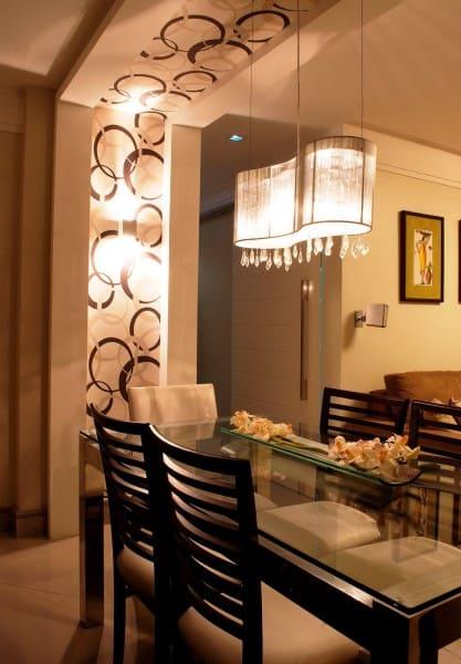 1. Papel de parede para teto: faixa com papel de parede e pendente em sala de jantar (foto: Decor Fácil)