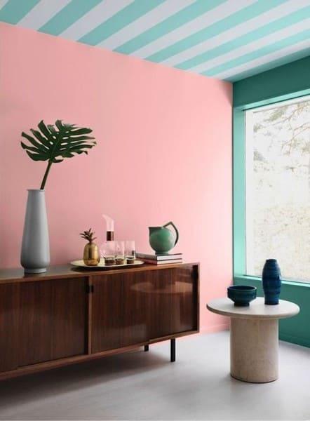 Papel de parede para teto listrado com parede rosa (foto: Revista Viva Decora)