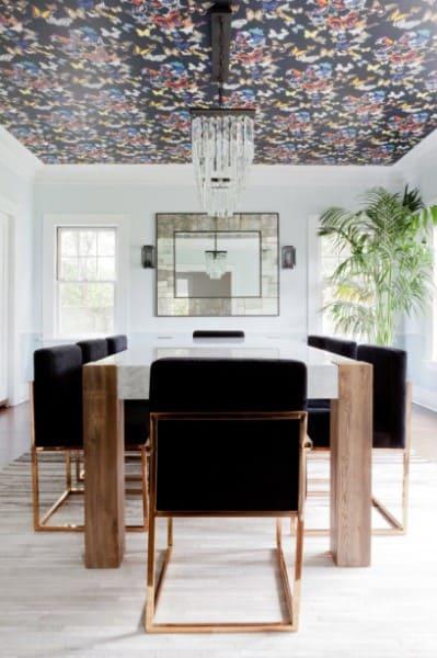Papel de parede para teto: sala de jantar com papel de parede que combina com as cadeiras (foto: Casa Cláudia)