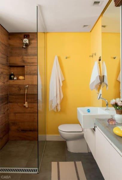 Tinta para banheiro: parede amarela e box com revestimento amadeirado (foto: Casa Abril)