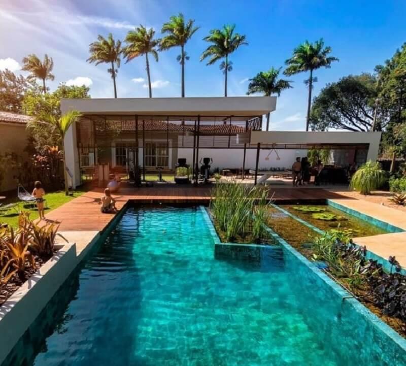 Área de lazer moderna e aconchegante com piscina biológica. Fonte: Genesis Ecossistemas