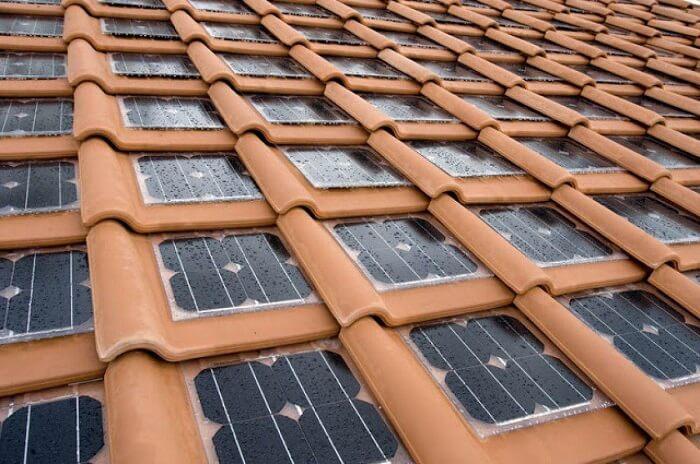 A telha solar é usada na cobertura do telhado e ajuda na geração de energia elétrica. Fonte: Uno Propiedades