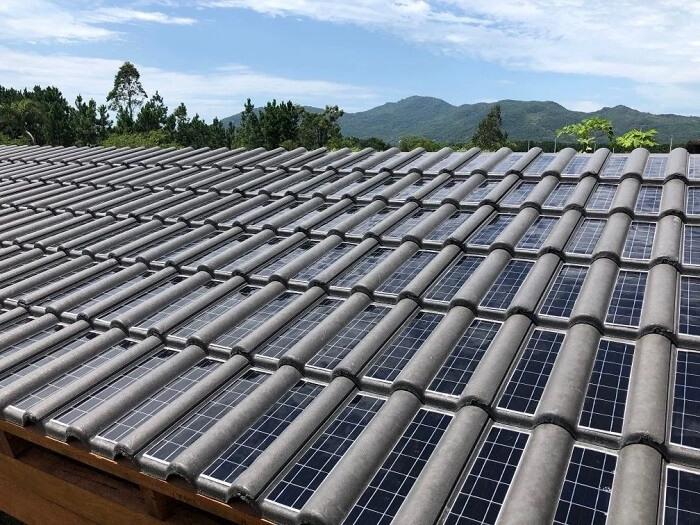 A telha solar funciona no momento em que a luz natural entra em contato com as células fotovoltaicas da telha. Fonte: Ciclo Vivo