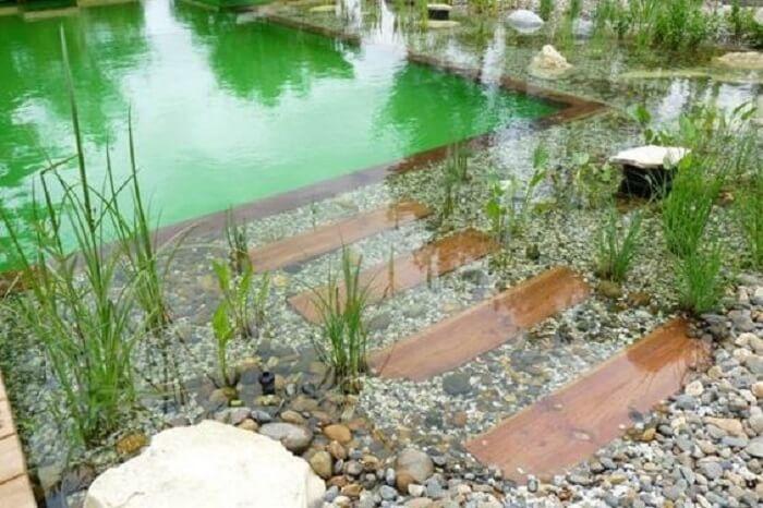 As pedras nas laterais da piscina biológica agregam ainda mais valor no projeto. Fonte: Le Matin