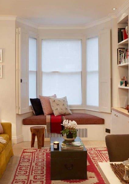 Bay Window com moldura branca e almofadas coloridas (foto: Decor Fácil)