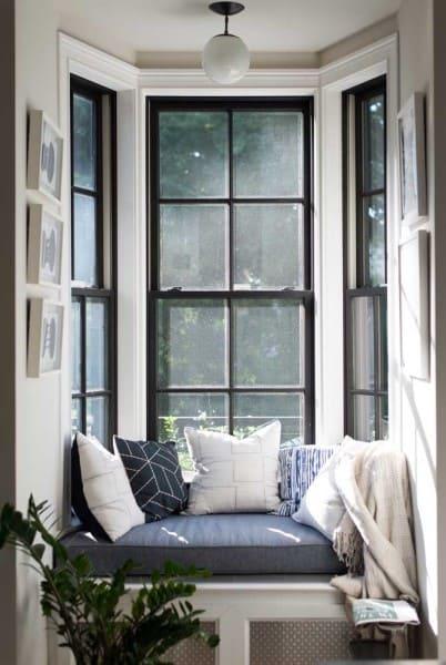 Bay Window com moldura preta, sofá e almofadas (foto: Decor Fácil)