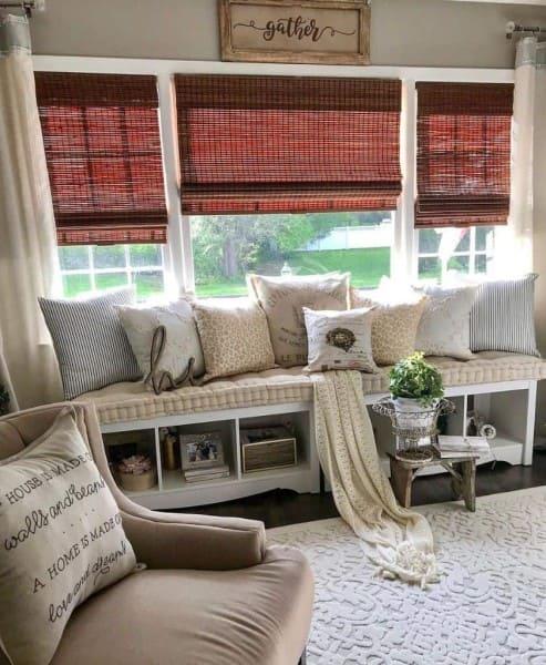 Bay Window com persiana vermelha e almofadas (foto: paintedpinkpeonyco)