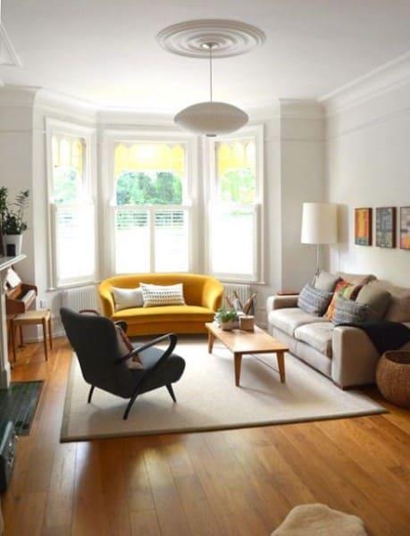 Bay Window com sofá amarelo arredondado (foto: Casa e Construção)