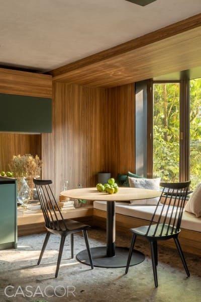 By Window moderna com moldura de madeira e canto alemão (foto: Studio MH Arquitetura)