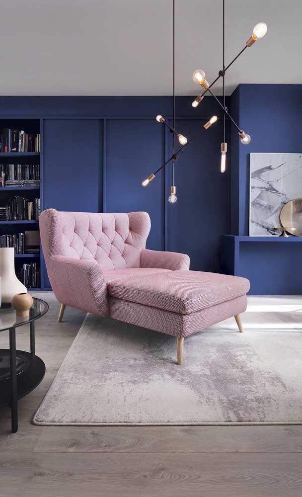 Chaise Longue rosa e parede azul (foto: Decor Fácil)