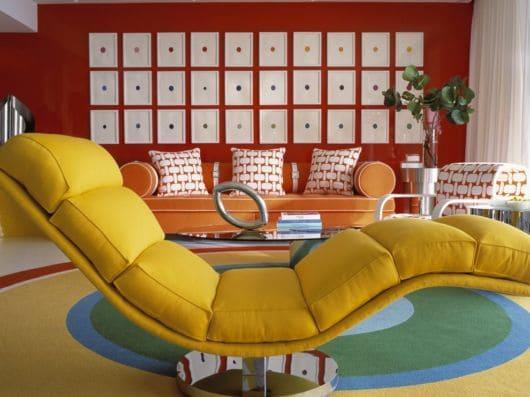 Chaise longue amarela em sala com estilo contemporâneo (foto: Casa e Construção)