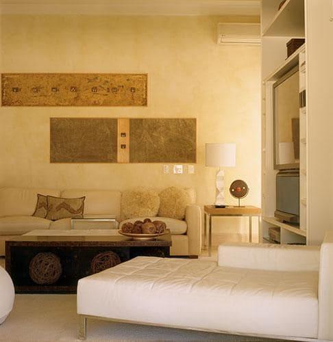 Chaise longue: branco em sala de estar (foto: Oscar Mikail)