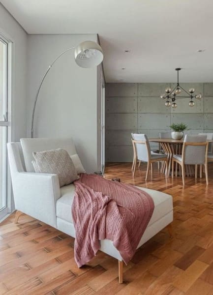 3. Chaise longue na sala: cinza claro com manta rosa (foto: Tua Casa)