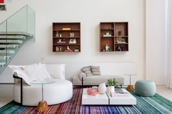 Chaise longue cinza e tapete colorido (foto: Maraú Design)