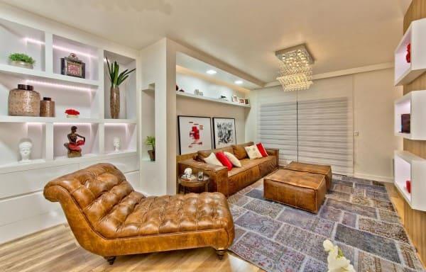 Chaise longue de couro em sala de estar (foto: Espaço do Traço Arquitetura)