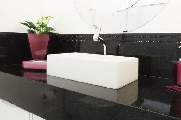 Granito Preto São Gabriel bancada de banheiro com cuba branca (foto: Pinterest)