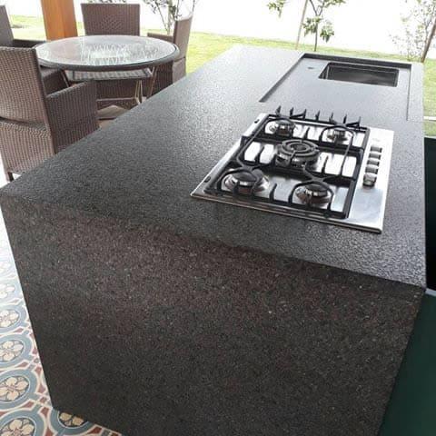 Granito Preto São Gabriel: bancada de cozinha com granito preto São Gabriel escovado (foto: Magma Mármores)