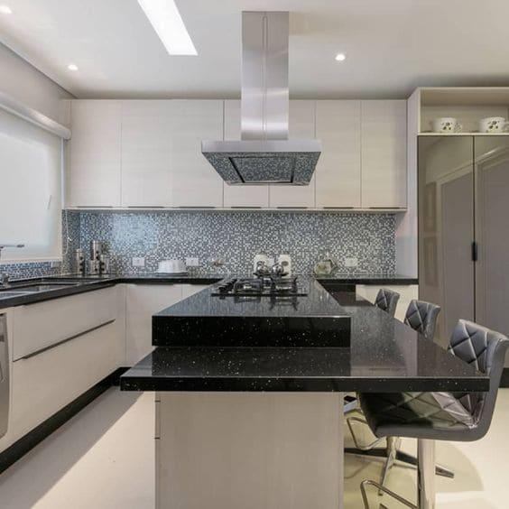 Granito Preto São Gabriel em bancada de cozinha (foto: Homify)