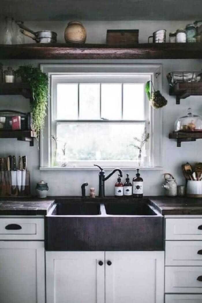 Janela de cozinha guilhotina. Fonte: Pinterest