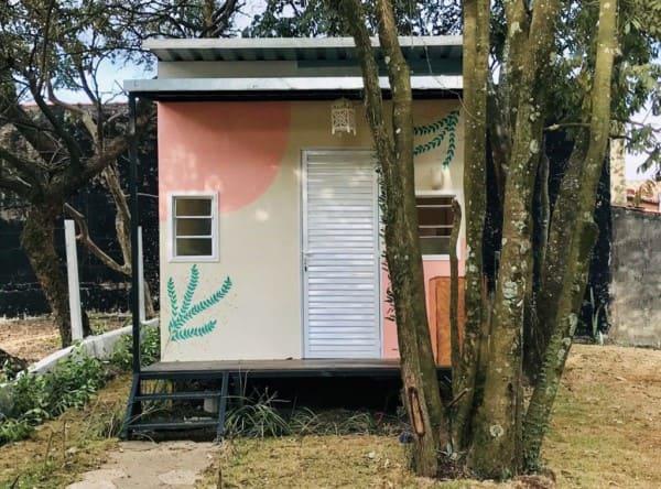 Mini casa com fachada frontal decorada (foto: SHAE - Home Staging)